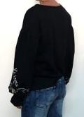 sudadera negra con bordados y mangas con volumen