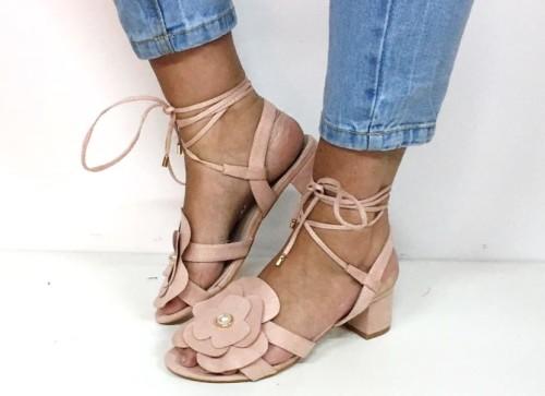 sandalia rosa con flor y perla decorando