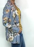 chaqueta azul bebé con estampado floral