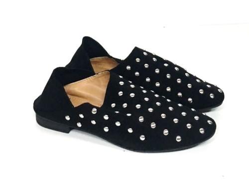 slipper negro con tachuelas plateadas
