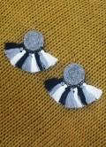 pendientes gris de fieltro con boras