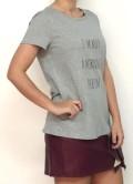 camiseta de manga corta en color gris con letras negras