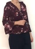 blusa granate cruzada con estampado de flores