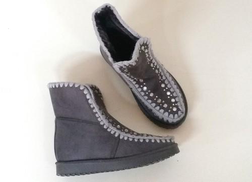 bota esquimal en color gris con pedrería y tachuelas decorando