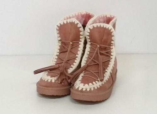 bota esquimal en color rosa con pespunte en blanco y cordones por delante