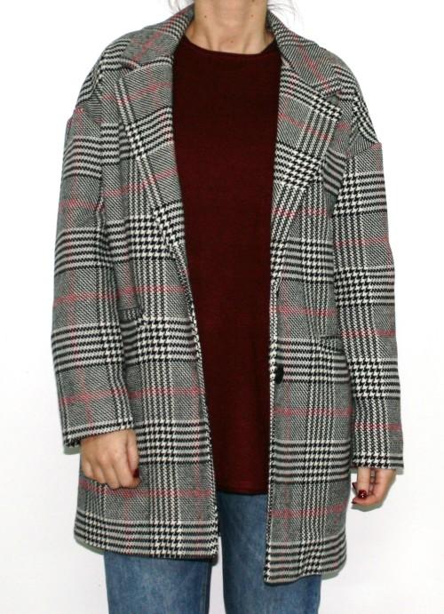 abrigo de cuadros en negro, rojo y blanco